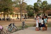 Рядом с монастырём школа, здесь учатся и молодые монахи — изучают языки.