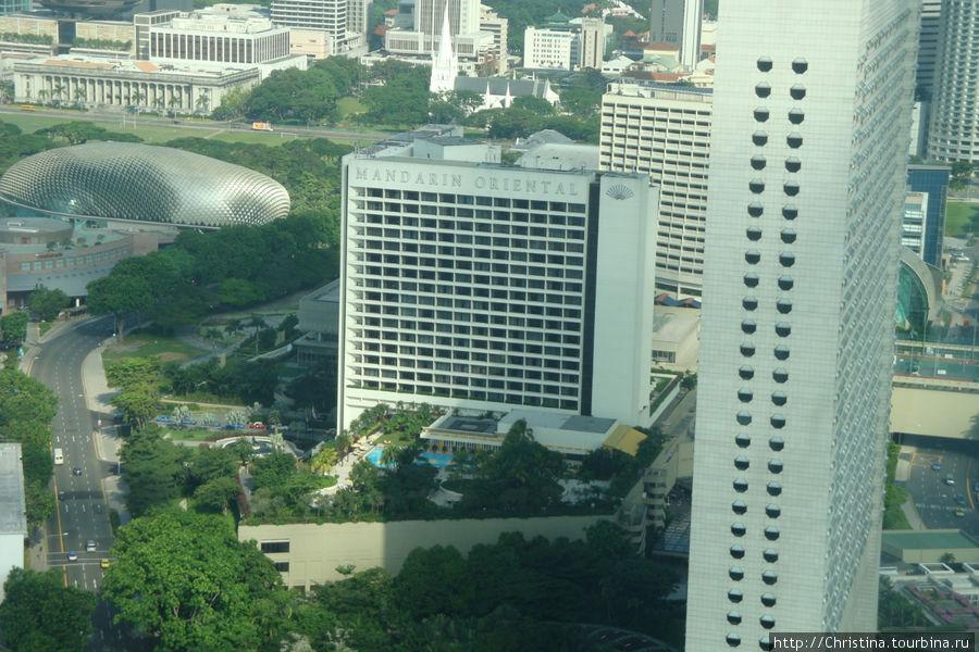 Отель Мандарин Ориенталь (в котором мы жили) с обзорного колеса.