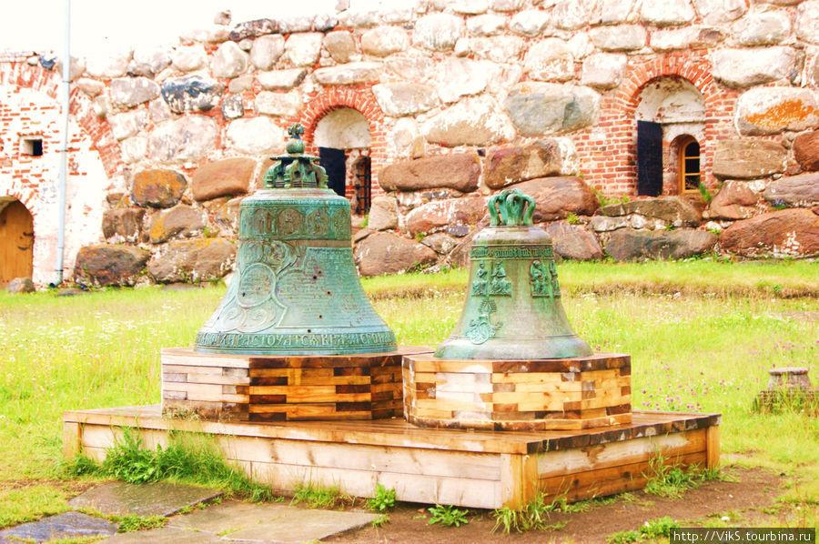 Два колокола: слева от сгоревшей часовни, справа — иноземный, привезенный как трофей от шведов.