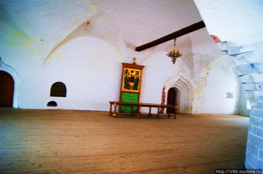 Трапезная палата. Столы накрываются только в период приезда Патриарха. Сооружение удивительное: одностолпная палата палата площадью 483 метра. Своды опираются на стены толщиной более двух метров и центральный столп диаметром четыре метра.