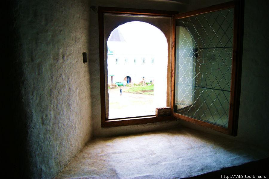 Окна реконструируют. Стекла теперь как и в старину — слюдяные.