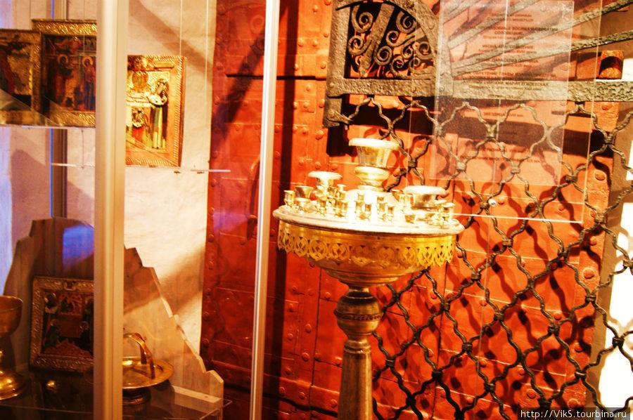 Имущество монастыря возвращают из других музеев страны. Ризница. Здесь на обозрение выставлена церковная утварь.