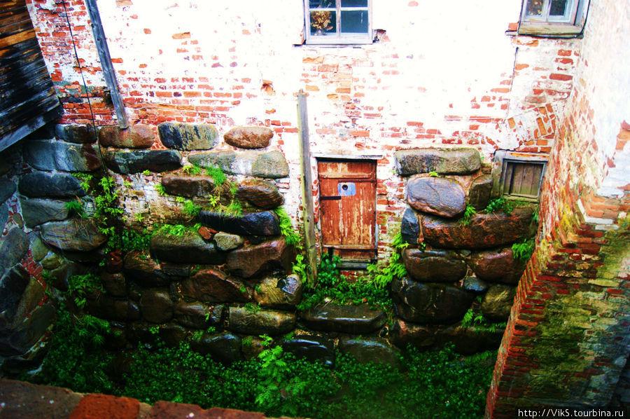 Единственная сохранившаяся дверь камеры Соловецкого лагеря.