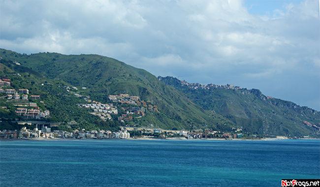 Вид на побережье Сицилии. Поднимаемся в Таормину