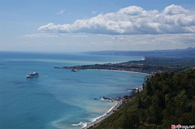 Вид на море с центральной площади Таормины. Справа за облаками — Этна
