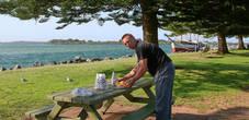 Тысячи туристов, приезжающих сюда на отдых, могут перекусить в любой из сотен точек питания. Можно зайти в небольшой ресоранчик, выбрать рыбу по вкусу, ее приготовят через несколько минут.Вдоль побережья установлены столики, где всегда можно перекусить на свежем воздухе.