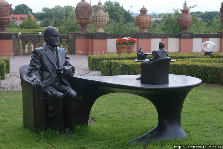 «Pomník Sigmunda Freuda» («Памятник Зигмунду Фрейду»), 2007-2011, бронза. Автор: Michal Gabriel