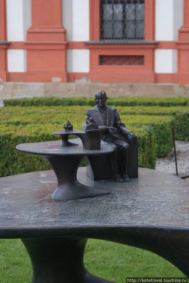 «Pomník Sigmunda Freuda» («Памятник Зигмунду Фрейду»), 2007-2011, бронза. Автор: Michal Gabriel. Фрагмент