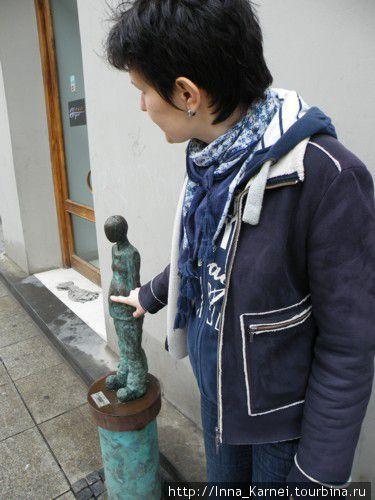 Скульптурка беременной женщины на подходе к магазину Mothercare