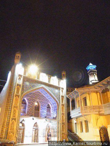 Мечеть в вечерней подсветке