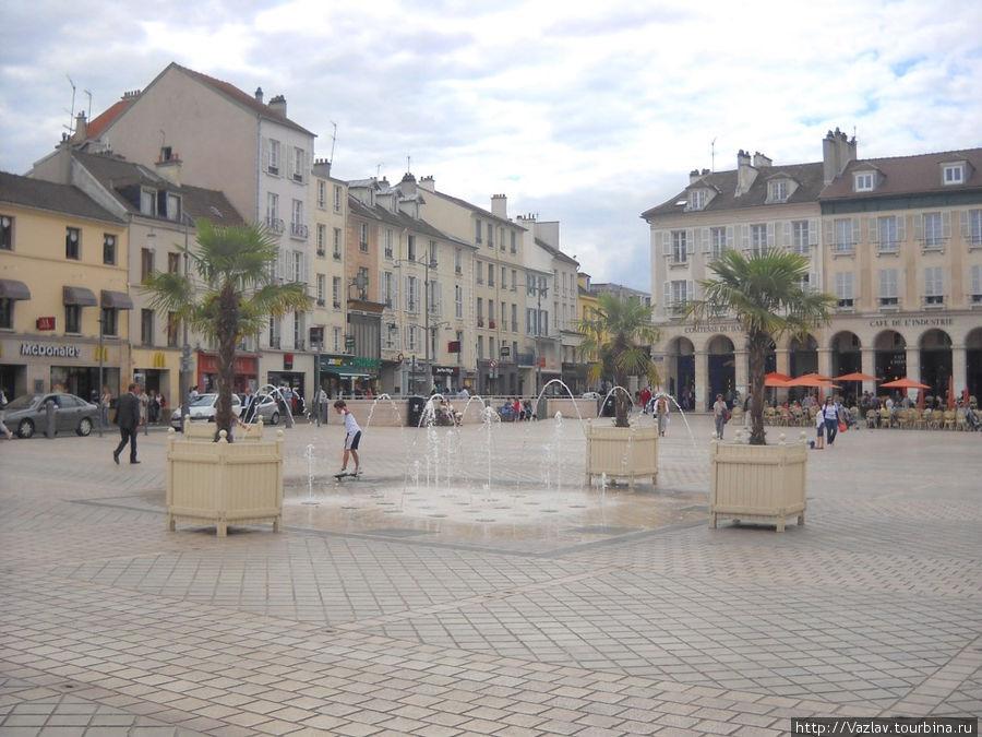 Дома и фонтан на площади
