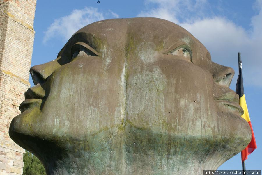 Трехликая скульптура