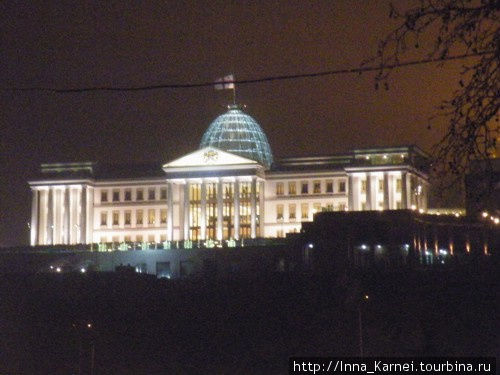 Вид на Президентский дворец вечером