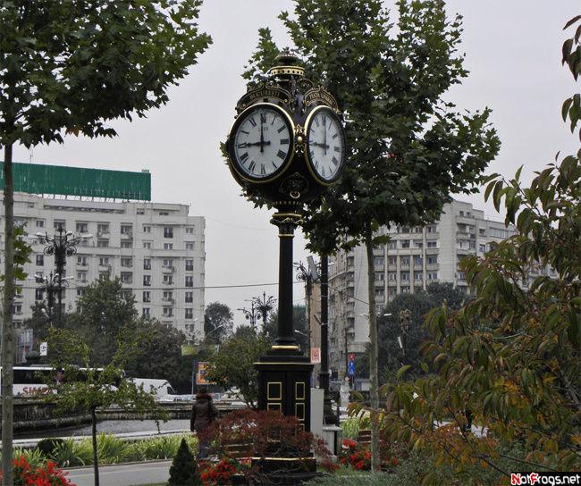 Часы в парке у площади Объединения