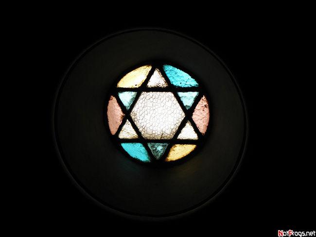 Витраж на лестничной площадке музея истории евреев