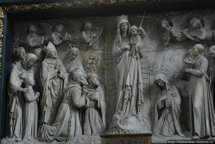 Скульптурная композиция «Путь к кресту», выполненная из бургундского белого камня