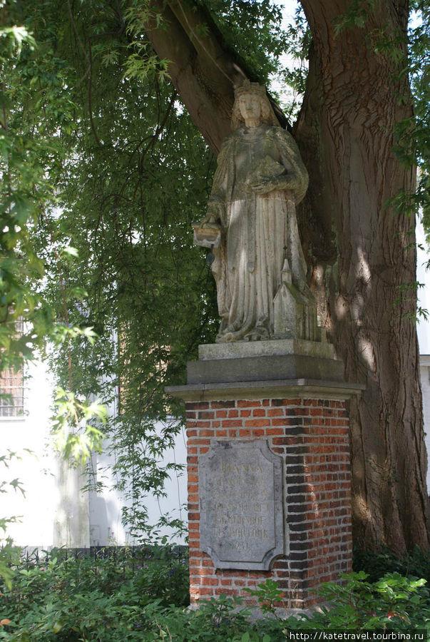 Памятник графине Иоанне Константинопольской – создательнице феномена бегинажа