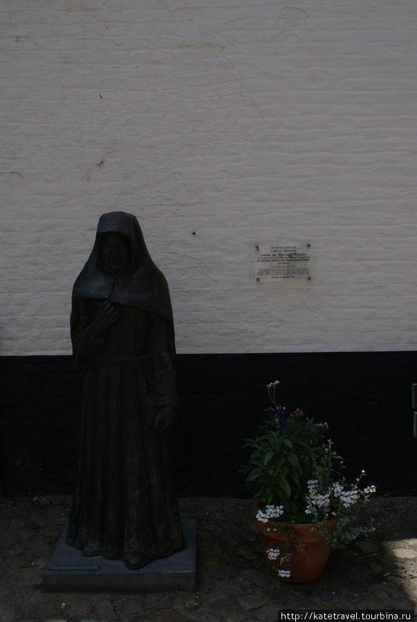 Памятник мисс Марселле, последней бегинке кортрейкского бегинажа