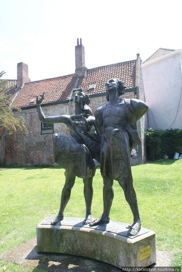 Памятник молодой паре, читающей стихи. Юноша —  не кто иной, как великий поэт Фландрии Гвидо Гезелле, памятник которому в пожилом возрасте можно увидеть в Брюгге. Ну а в Кортрейке он юн и романтичен))