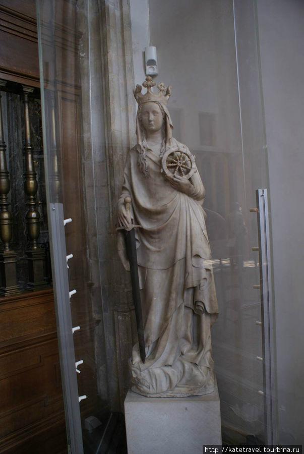 Средневековая статуя Святой Екатерины с мечом и штурвалом