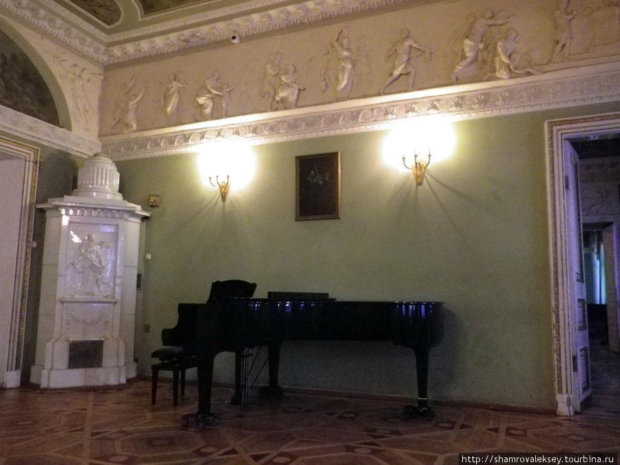 Рояль в Каминном зале (Зеркальной гостиной)