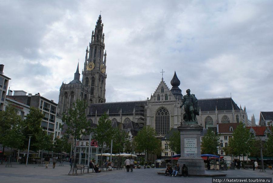 Зеленая площадь; на заднем плане — Собор Антверпенской Богоматери