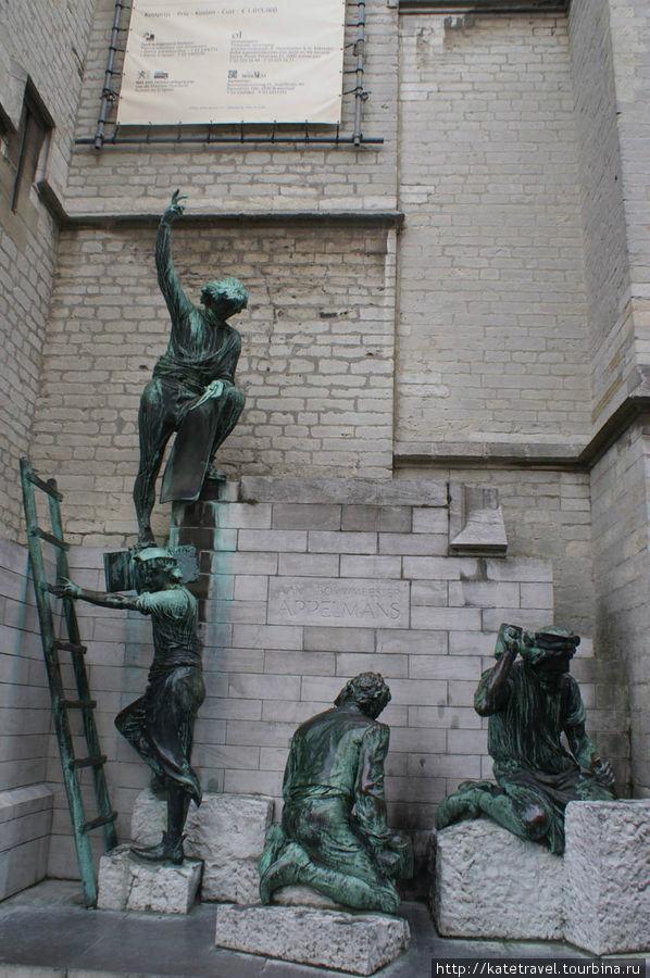 Памятник неутомимым строителям собора Антверпенской Богоматери