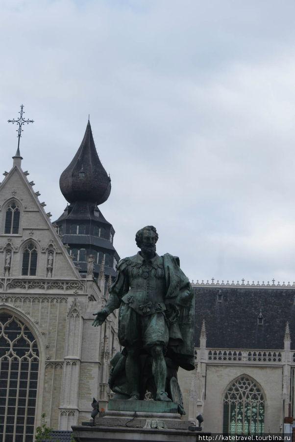 Памятник знаменитому антверпенцу Питеру Паулю Рубенсу Зеленой площади