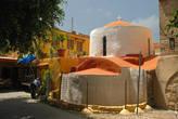 Случайно во дворах набрел на симпатичную церквушку. Греческие церкви не всегда красятся в бело- голубой, встречаются оранжевые и желтые цвета.