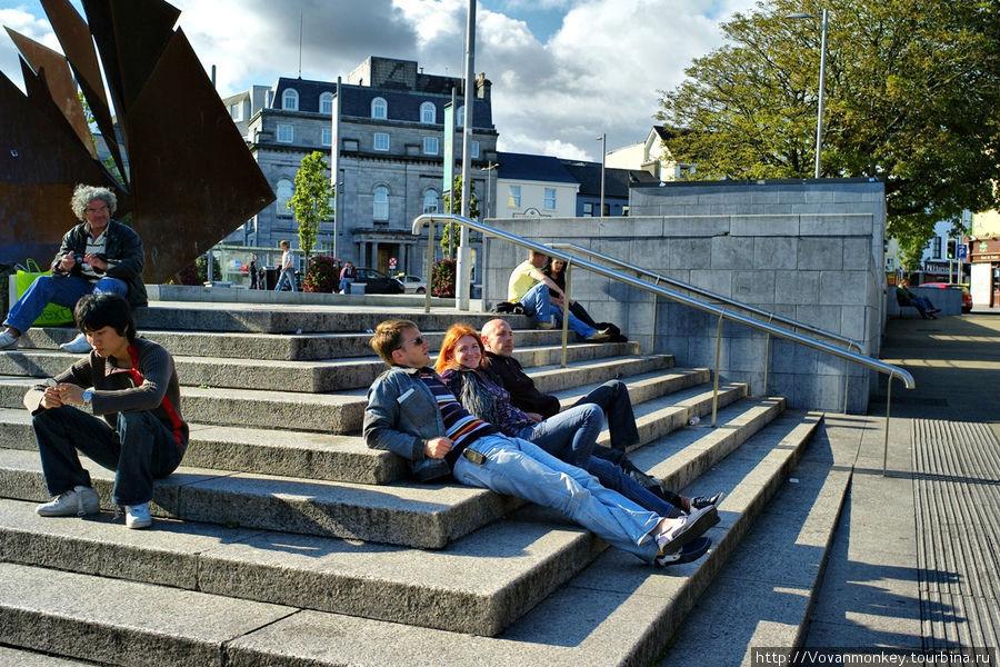 Площадь Эйр-сквер. Так проводят время настоящие характерные ирландцы. :))