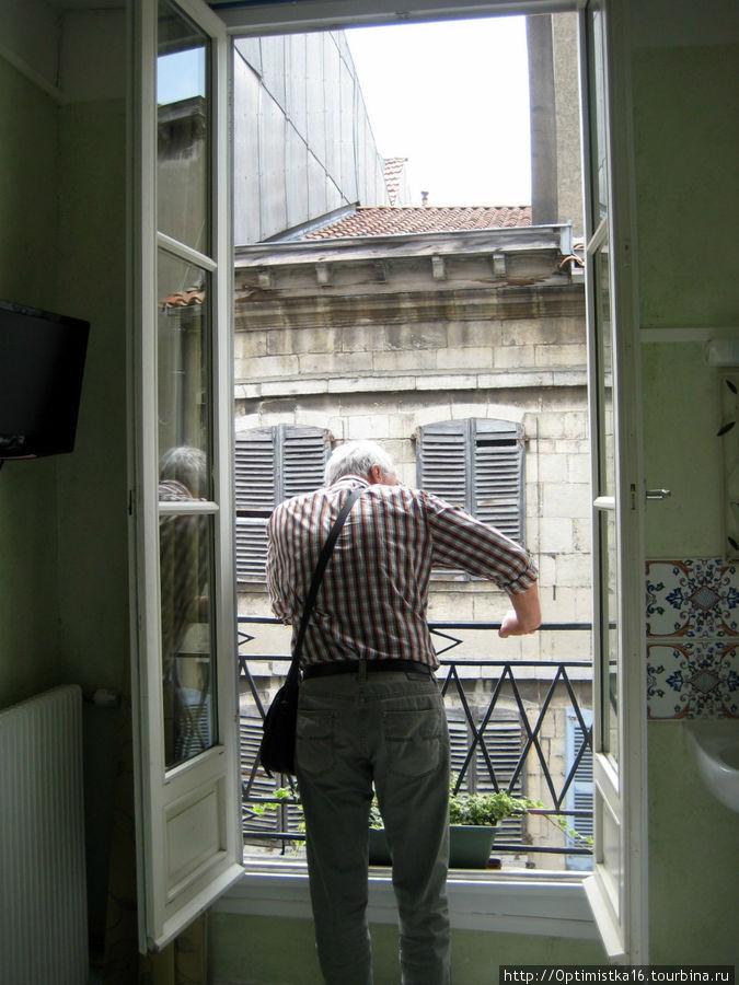 Смотрим в окно из номера отеля.