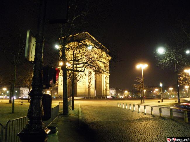В нескольких шагах от Триумфальной арки
