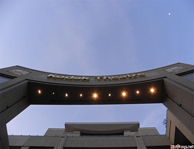 Под этой аркой проходят звезды в надежде получить Оскара