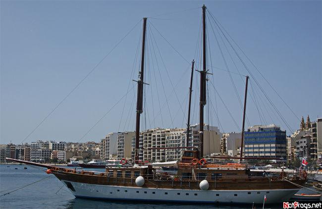 Один из экскурсионных кораблей