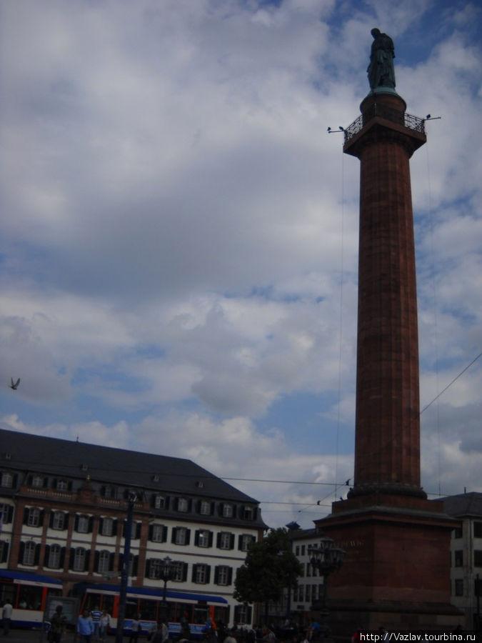 Площадь и колонна со статуей Людвига