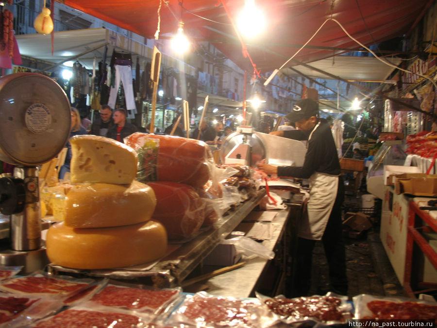 Мясной и сырный прилавок на рынке В Неаполе
