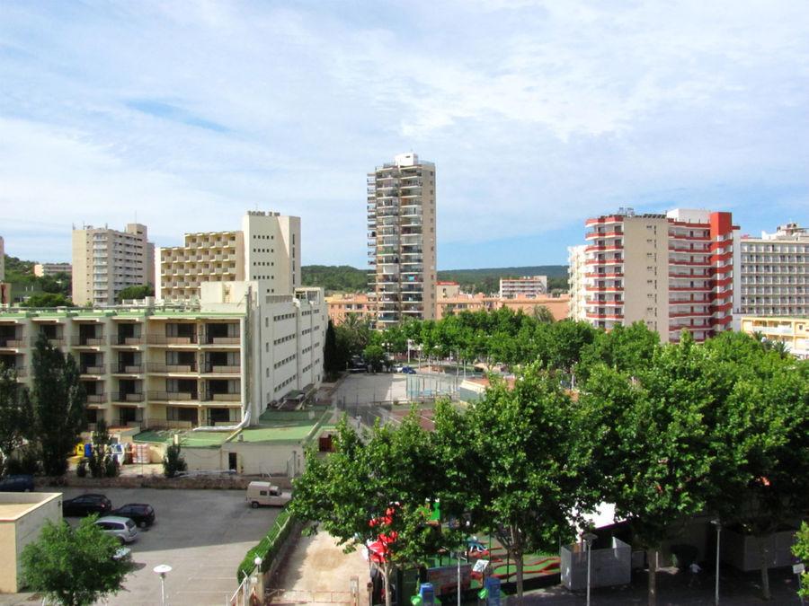 Практически все здания в городке — отели. А те, что не отели, то кафе, магазинчики и прочие увеселительные заведения.