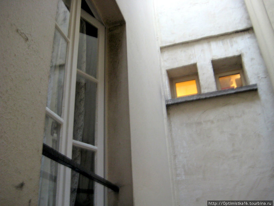 Окна некоторых номеров смотрят не на улицу, а в колодец