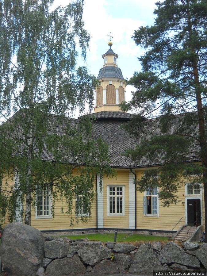 Здание церкви в соответствующем обрамлении