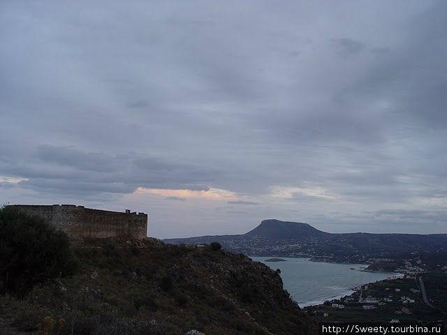 вид с крепости Аптера вниз на море и дорогу (между Ретимно и Ханией)