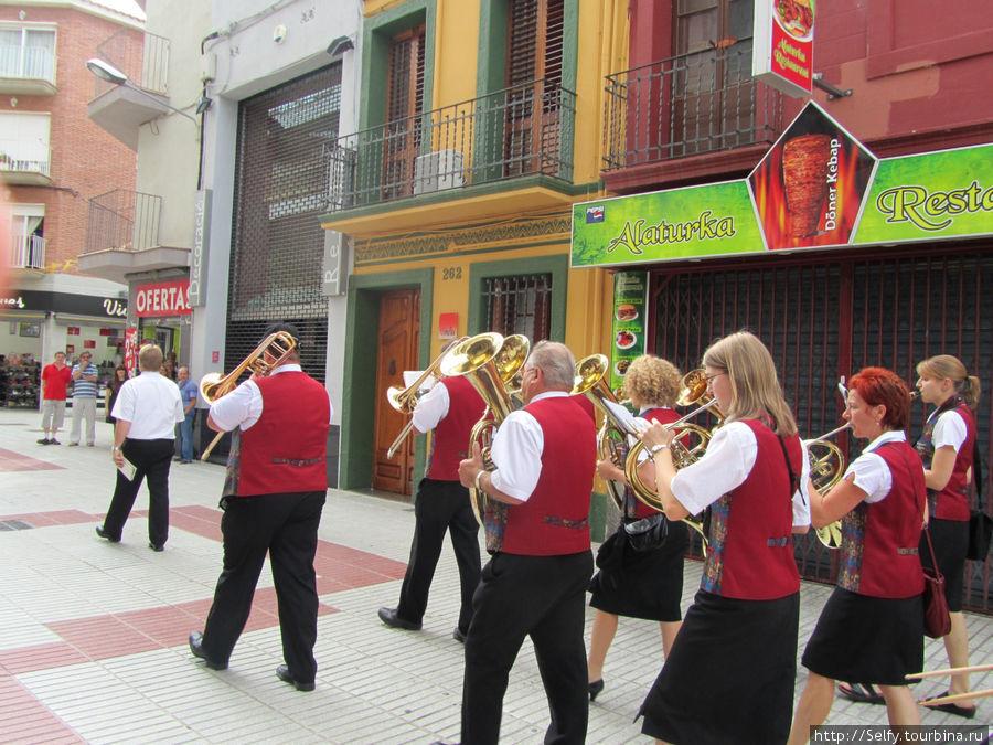 Утро, около 10.00 этот оркестр ходил по городу и играл бодренькую музычку;)