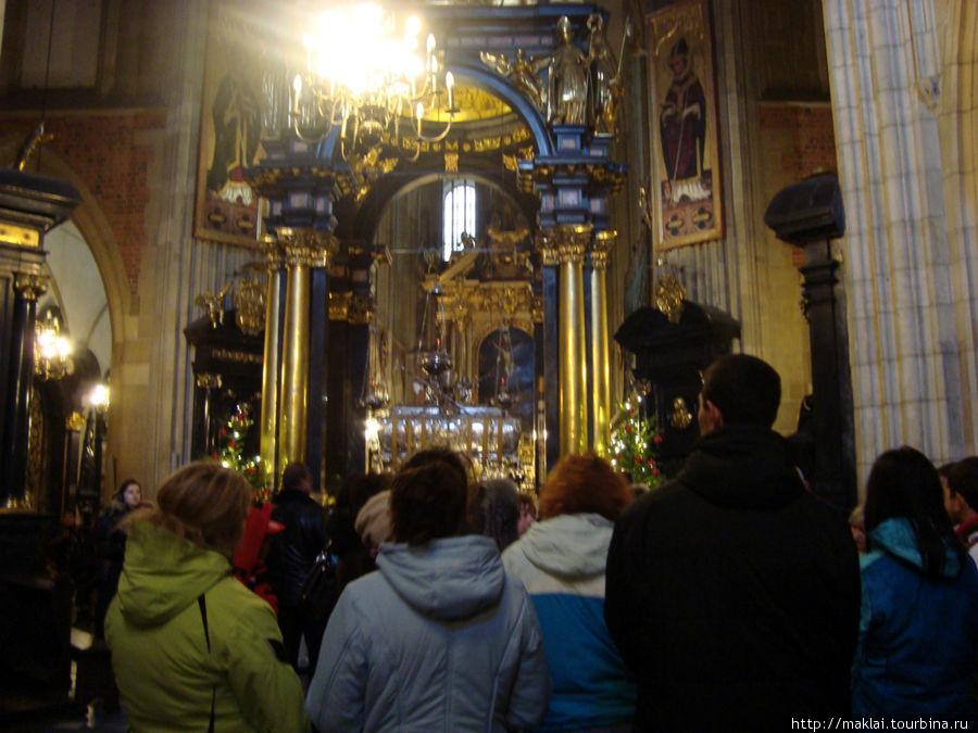 Краков. Интерьер кафедрального собора. Здесь всегда многолюдно.