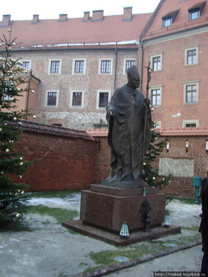 Краков. Скульптура Иоанна Павла Второго.