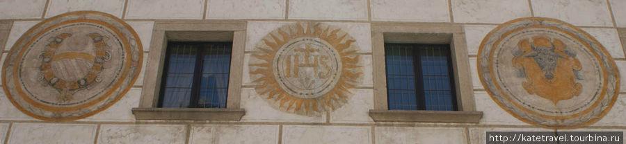 Настенное изображение гербов основателей и самого иезуитского ордена Бывшие иезуитские кельи