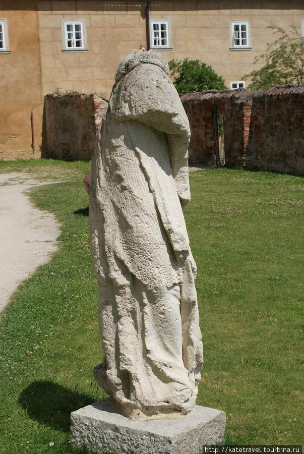 Монастырь ордена рыцарей-крестоносцев с красной звездой. Скульптура в парке Трамин