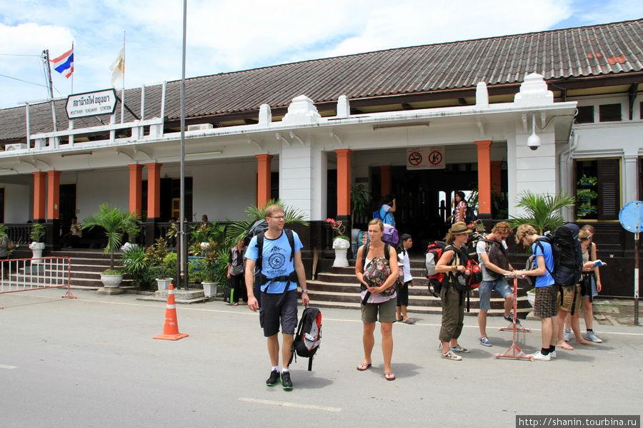 Туристы выходят из станци