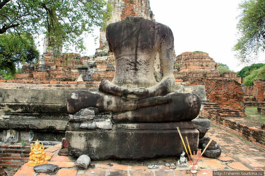 Статуя Будды на территори