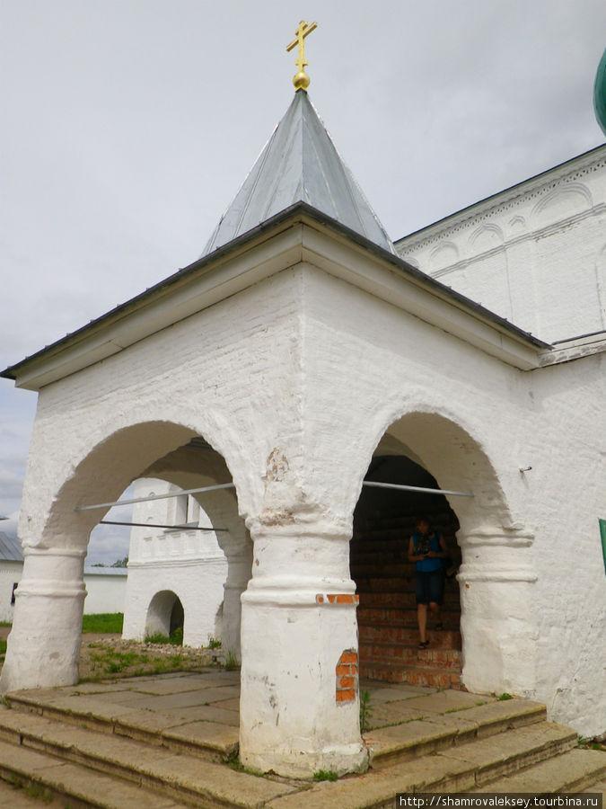 Крыльцо Троицкого собора