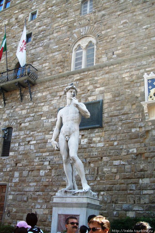 Перед Палаццо Веккио находится ряд скульптур, среди которых знаменитая копия «Давида» работы Микеленджело, заменившая в 1873 году оригинал