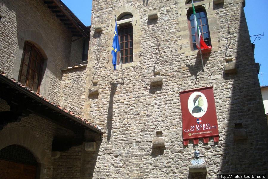 Наша экскурсия продолжается по улочкам города. Приходим в Квартал Данте – дом-музей, где родился Данте